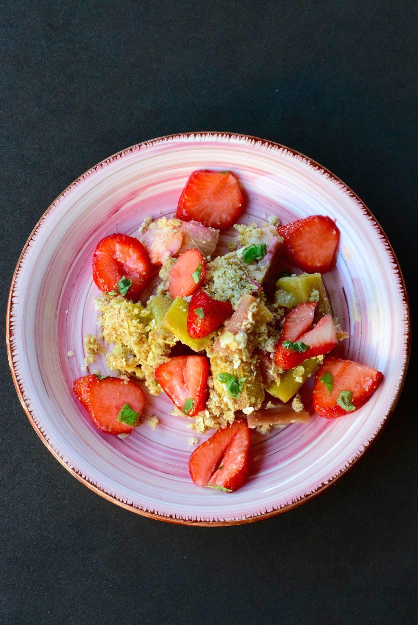Rhabarbercrumble mit Erdbeeren