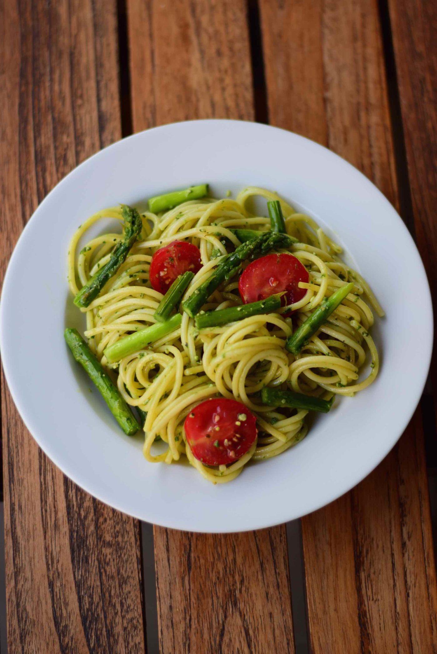 Spaghetti mit Bärlauchpesto und grünem Spargel